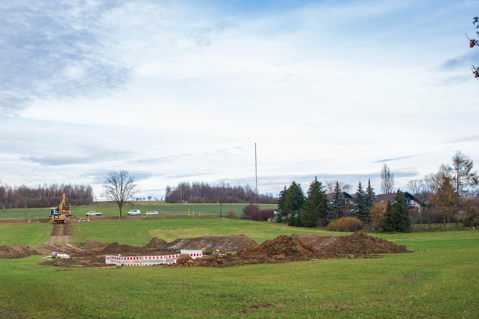 Seit Anfang der Woche wird auf dieser Wiese bei Birkenhain gearbeitet. Darunter verläuft eine Erdgastrasse.
