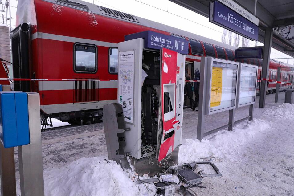 Ein Ticketautomat wurde in der Nacht von Unbekannten zerstört. Die Bundespolizei hat die Ermittlungen aufgenommen.