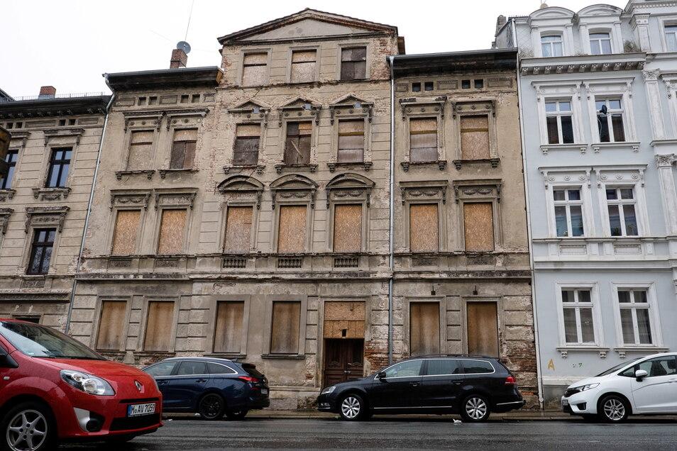 Alle Fenster sind vernagelt, vorübergehend war der Bürgersteig gesperrt: Das Gebäude in der Görlitzer Bahnhofstraße ersteigerte Spettmann für 46.000 Euro. Gebracht hat es ihm 21.000 Euro.