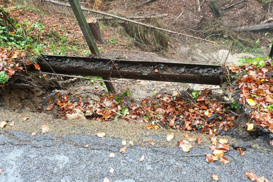 Ein riesiges Loch lässt die Straße bei Hohnstein unpassierbar werden. Es ist nicht das erste Mal.