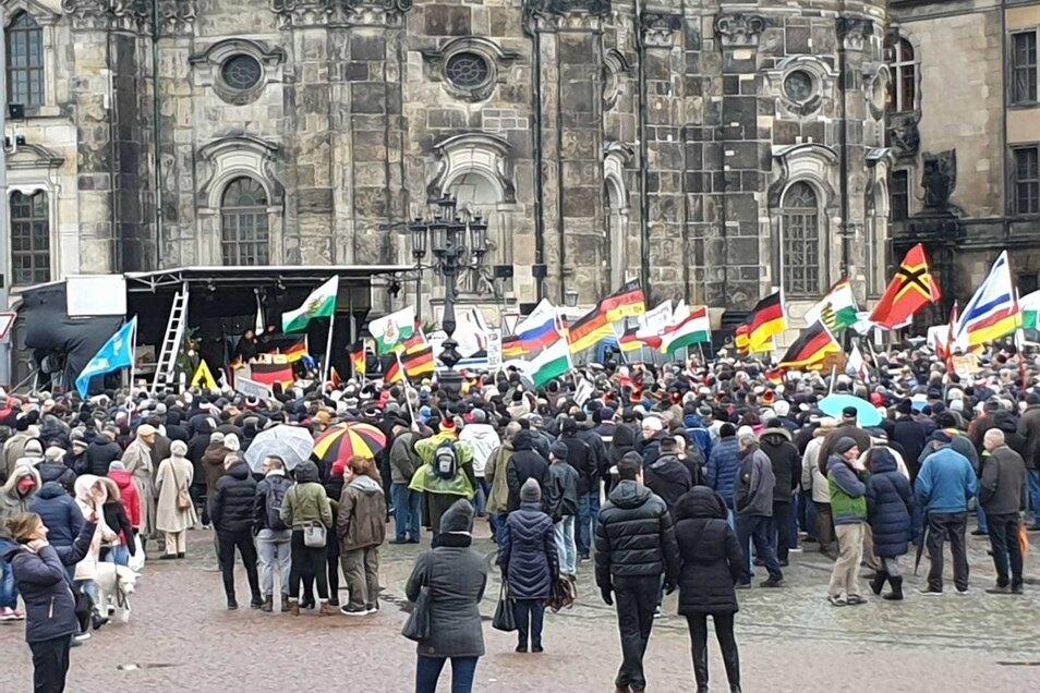 Pegida hat sich vor der Hofkirche versammelt.