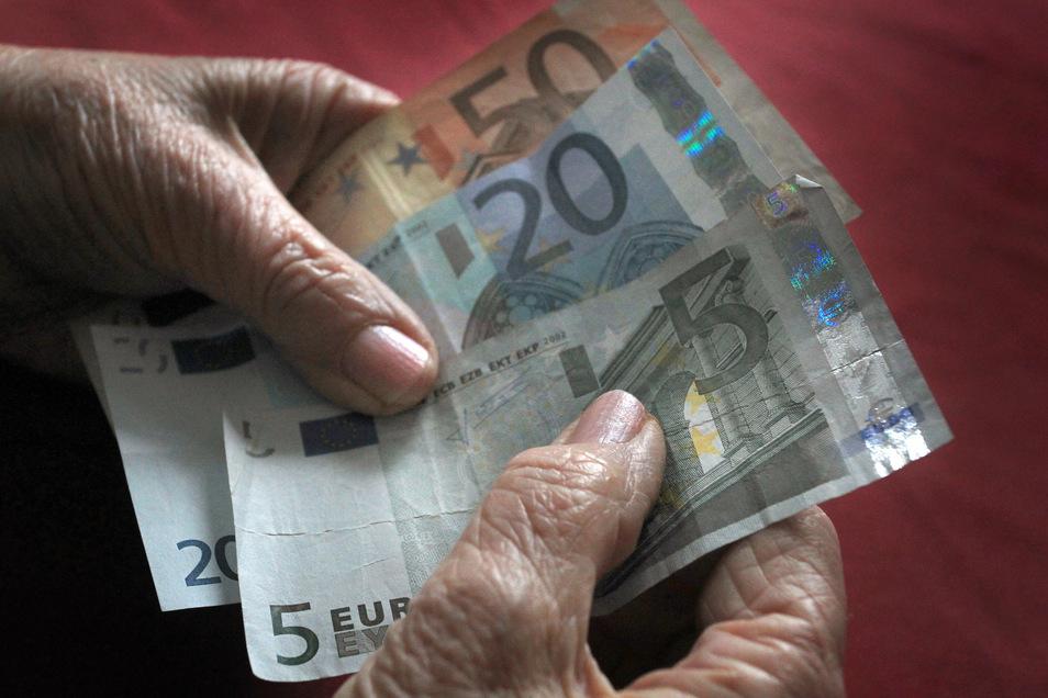 Die Rentner in den neuen Bundesländern bekommen eine geringfügige Erhöhung ihres gesetzlichen Altersgeldes um 0,7 Prozent.