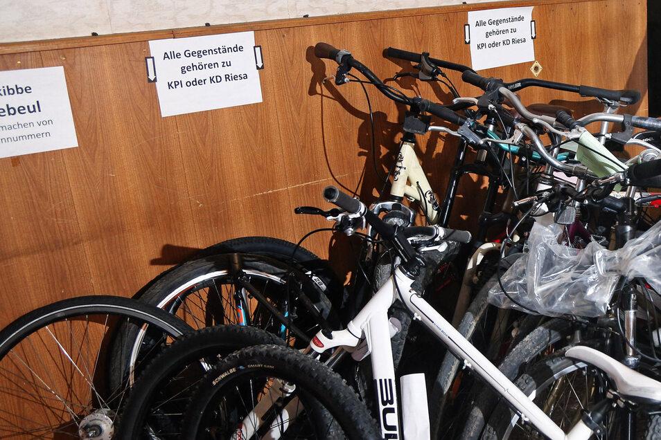 Mutmaßlich gestohlene Fahrräder im Riesaer Polizeirevier. Oft ist es schwierig, die Taten aufzuklären.