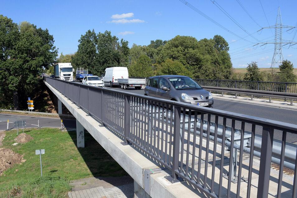Auf der Brücke über die Kreisstraße bei Gadewitz ist eine Geschwindigkeit von 30 Stundenkilometern vorgeschrieben. Grund sind Schäden an dem Bauwerk.