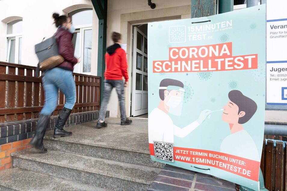 Immer mehr Menschen lassen sich im Radeberger Bürgerhaus auf Corona testen.