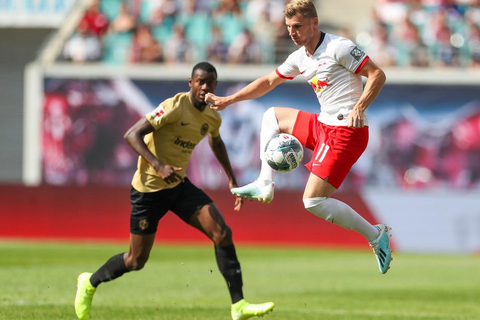 Timo Werner (r.) bleibt in Leipzig am Ball.