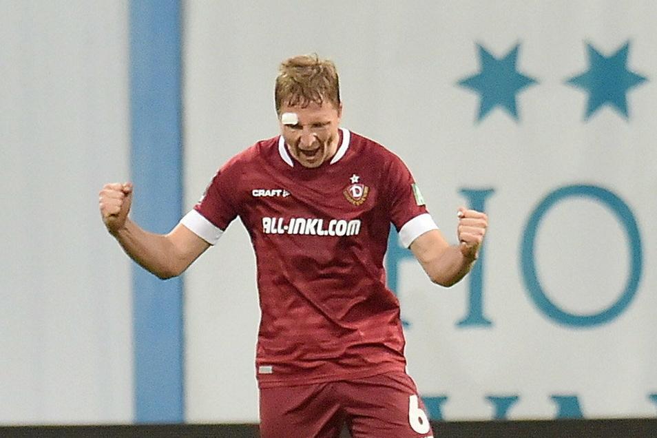 Nach dem 3:1-Sieg in Rostock schreit Marco Hartmann seine Freude heraus. Und das Pflaster über dem Auge? Kaum der Rede wert, findet er.
