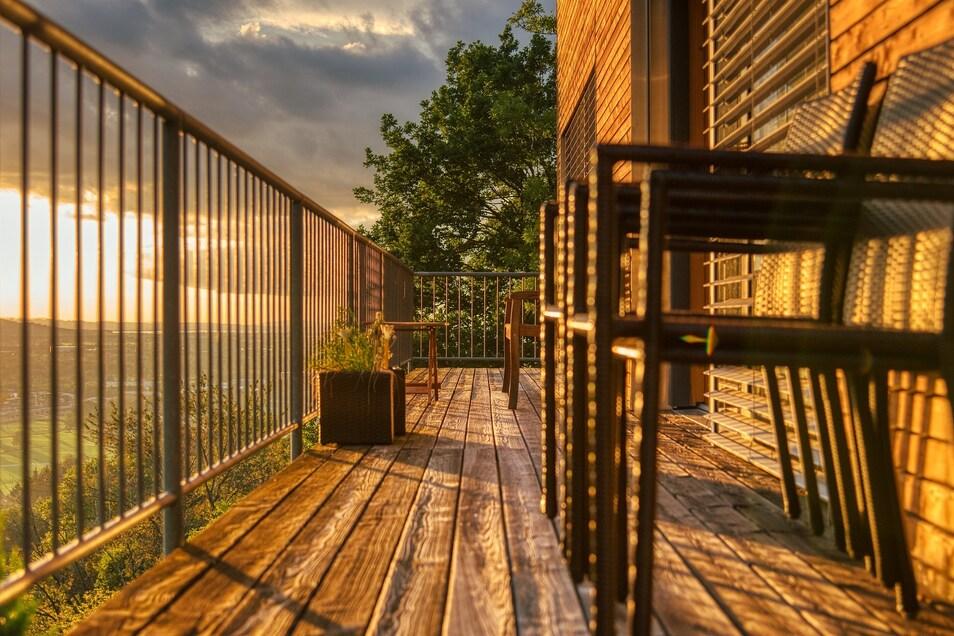 Eine Kur für den Balkon - Holzdielen waschen und ölen.