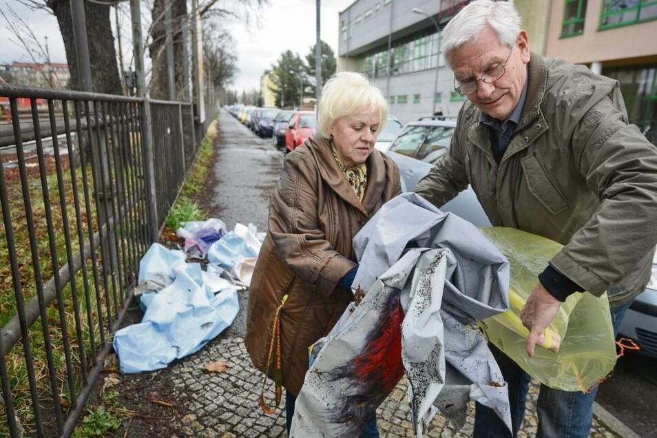 Diese Aktion bleibt unvergessen: Die Stadträte Margit Bätz (Linkspartei) und Günter Friedrich (Bürger für Görlitz) sammelten 2014 aus Ärger über säumige Plakatierer abgerissene Plakate an der Sattigstraße ein. Jetzt scheiden beide aus dem Rat aus.