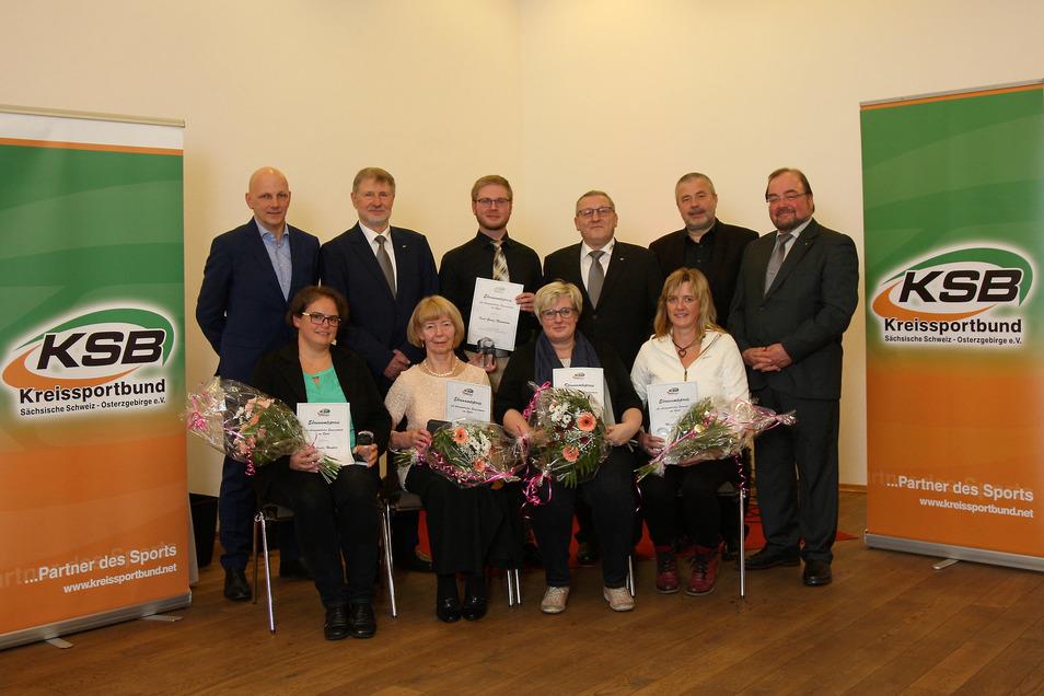 KSB-Präsident Roland Matthes (2.v.l.) und Landrat Michael Geisler (2.v.r.) zeichneten auch Ehrenamtliche aus dem ehemaligen Weißeritzkreis aus.