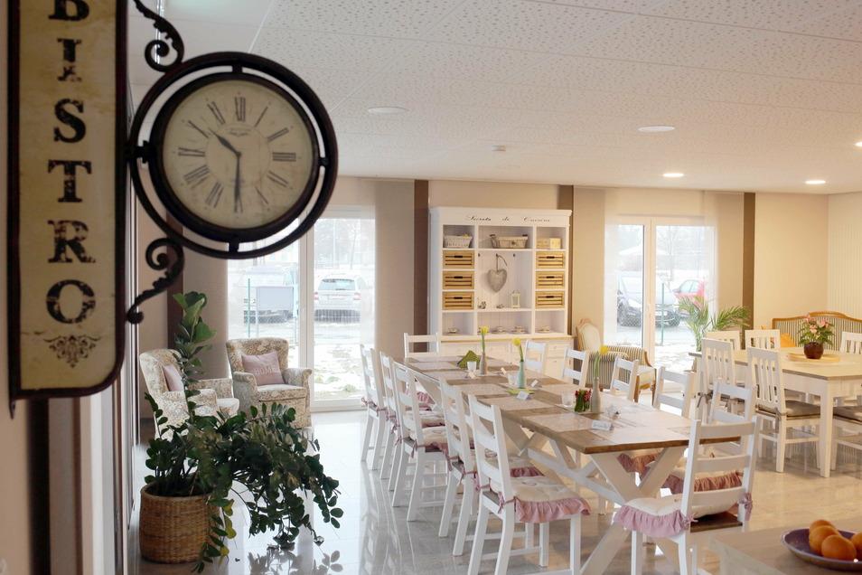 Vor allem die geschmackvoll eingerichtete Wohnküche und der gemeinsame Essbereich wurden großzügig gestaltet. Vor den Fenstern entsteht im Frühjahr noch ein gartenähnlicher Park. Auf dem Flachbau gibt es außerdem große Terrassen.