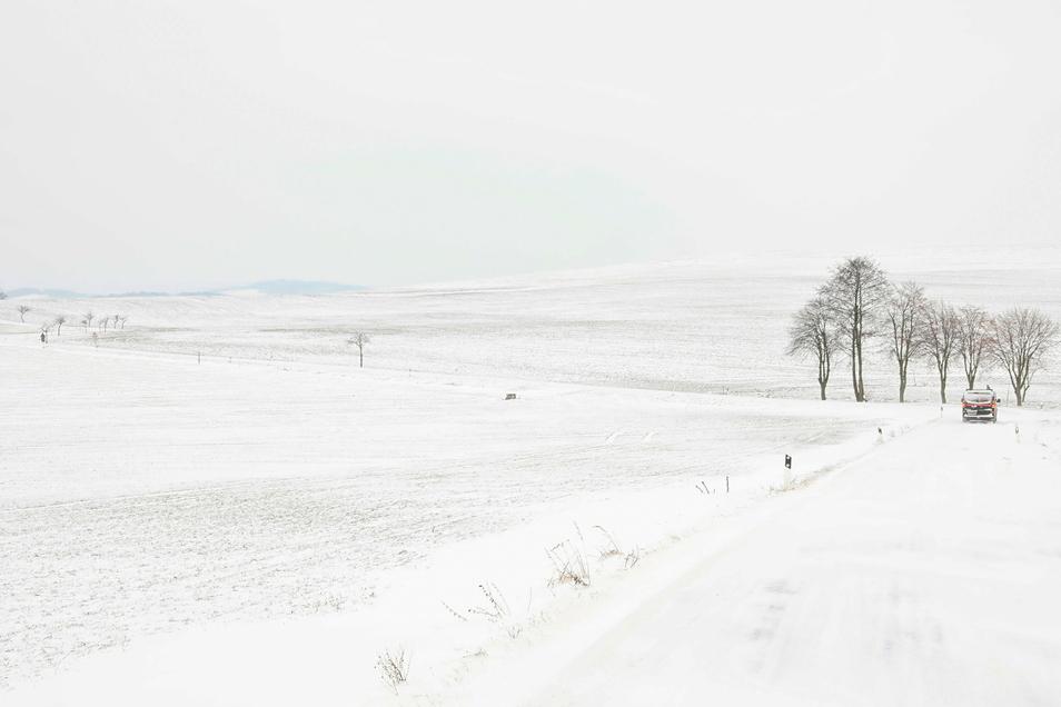 Ganz in Weiß: Die Straße zwischen Mittelherwigsdorf und Oberseifersdorf.