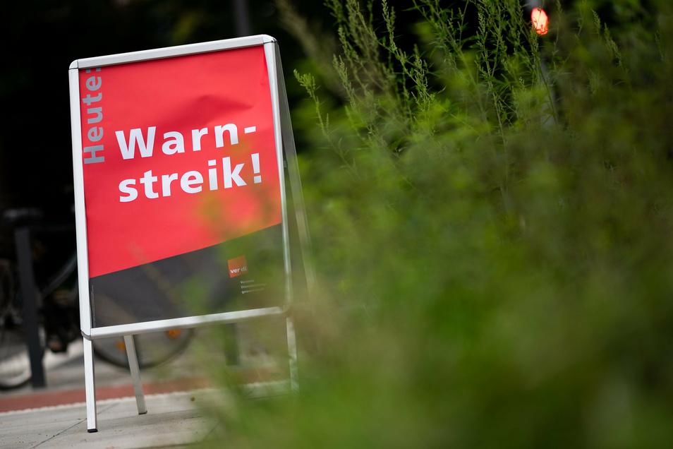 Auf die Menschen in Deutschland kommen neue Warnstreiks im öffentlichen Dienst zu. Erste Ausstände in einzelnen Regionen beginnen an diesem Dienstag.