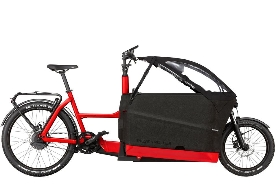 Dass Lastenräder wendig sein können, zeigt das Packster 70 von Riese & Müller (ab 5.700 Euro). Hilfreich fürs Handling sind der tief positionierte Motor und die in den Rahmen integrierten Akkus. Für die Transportbox gibt's einen Wetterschutz.
