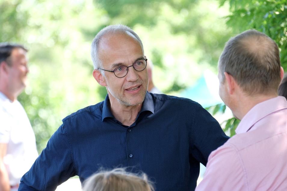 Schulleiter Bert Xylander begrüßte Kooperationspartner und Staatsminister Wolfram Günther an der Blühwiese.
