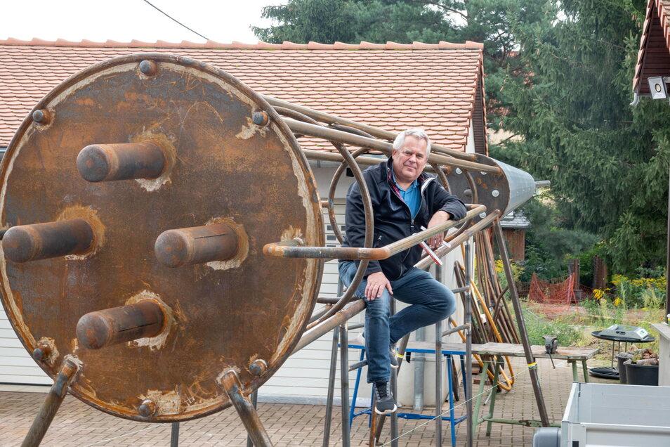 Handwerksmeister Holger Krüger klettert schon mal auf der Kletter-Rakete. Er hat sie zusammengebaut und will sie den Kindern in Zeithain schenken. Nur ein paar wenige Bauteile und Farbe fehlen noch. Dann ist sie fertig.