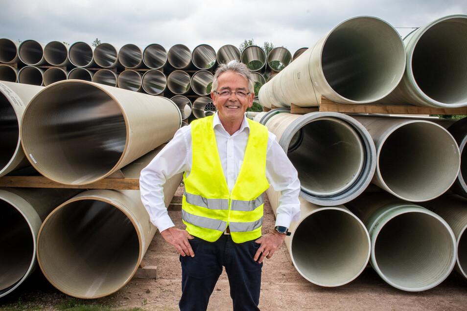 Helmut Straden steht auf dem Lagerplatz vom Amiblu zwischen Kunststoffrohren, die die Firma in ganz Europa verkauft. Für den Manager ist das Neuland. Er kommt aus der Automotive-Branche und hatte das Döbelner Werk von Autolive geleitet.