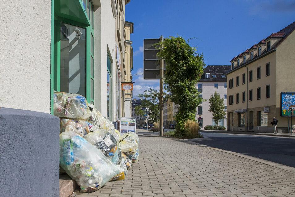 Gelbe Säcke stapeln sich an der Dresdner Straße in Freital.