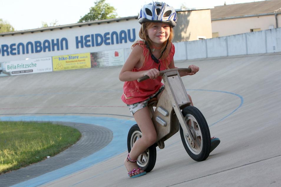 Früh übt sich, wer Meister werden will, so wie Emelie (6) auf dem Laufrad.