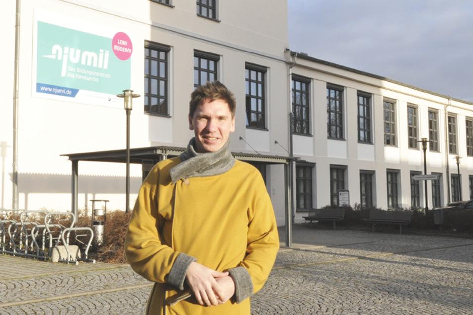 Nach der Umschulung absolviert Michael Slezak jetzt noch berufsbegleitend den Meisterkurs in njumii. Den Mantel, den er hier trägt, hat er selbst entworfen und genäht.
