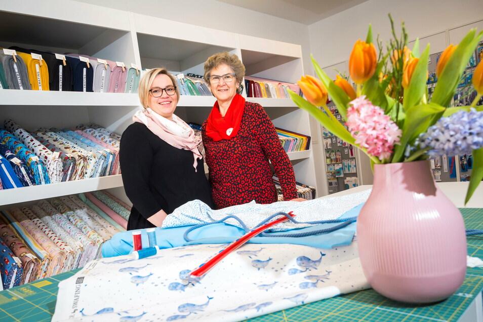 """Inhaberin Franziska Ay (l.) und ihre Mitarbeiterin Carola Bölke sind im neu eröffneten Stoff- und Handarbeitsladen """"Nadelay"""" am Boulevard für die Kunden da – erst einmal per Click-and-Collect-Service."""