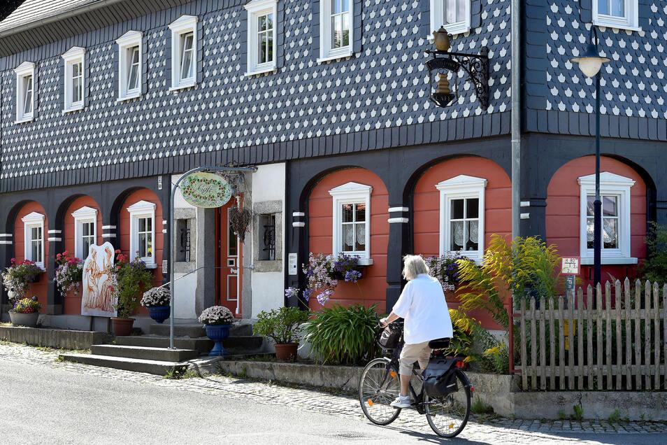 Klassisches Umgebinde mit Holzbohlen und Schindelverkleidung: Thomas Brumme hat das Haus in Obercunnersdorf gemeinsam mit seinen Eltern restauriert und über dem Café drei Ferienwohnungen eingerichtet.