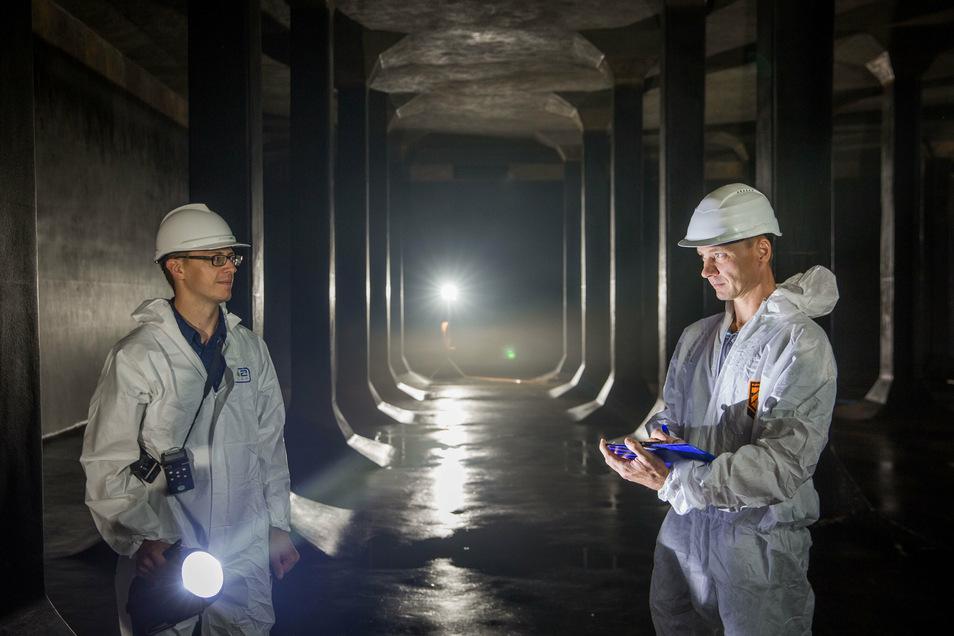 Drewag-Projektleiter Martin Kayser (l.) freut sich, dass die Sanierung der Doppelkammer fast geschafft ist. Hier inspiziert er mit Projektleiter Toralf Schuppan von der Firma Wiedemann den gewaltigen Raum, der im Oktober wieder mit Wasser befüllt werden s
