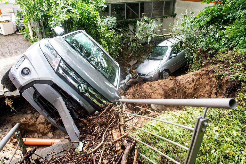 Zwei weggespülte Autos liegen in einem Bachlauf: Am Sonntag zog ein Unwetter über Nordrhein-Westfalen, das für zum Teil heftige Schäden gesorgt hat. Betroffen war vor allem Harthas Partnerstadt.