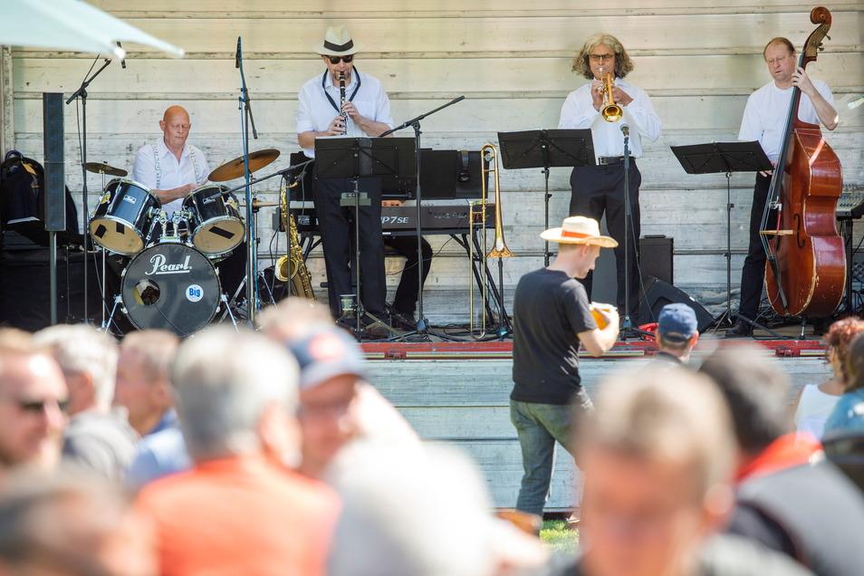 Die Döbelner Big Band spielt zum Frühschoppen in Hartha.