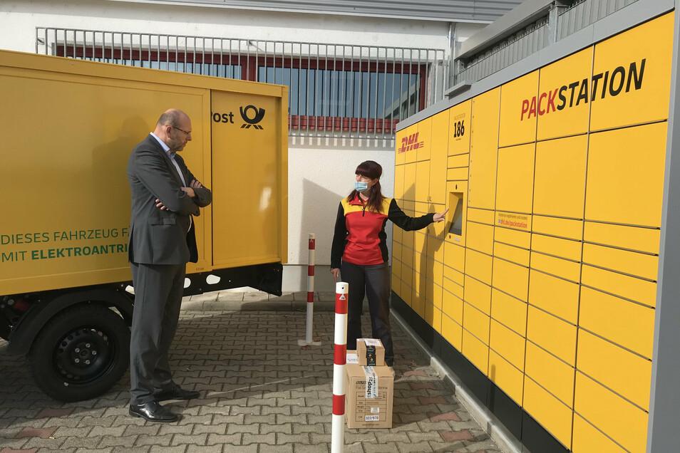 OB Olaf Raschke nahm am Donnerstag die neue Paketstation in der Rosa-Luxemburg-Straße in Augenschein.