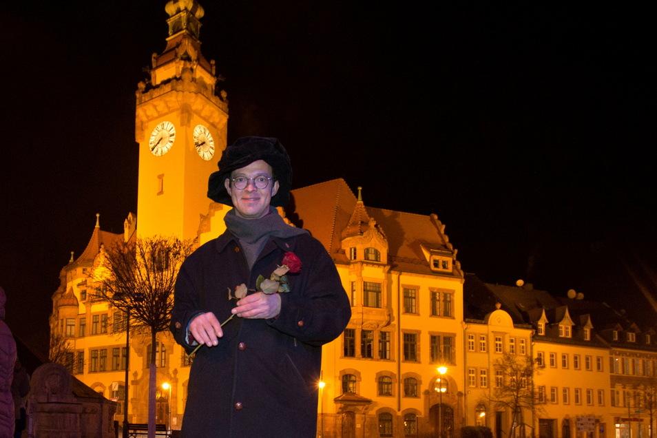 René Michael Röder hatte am Montag zum Gedankenaustausch auf dem Waldheimer Markt eingeladen. Eine Woche davor hatte er Rosen verteilt.