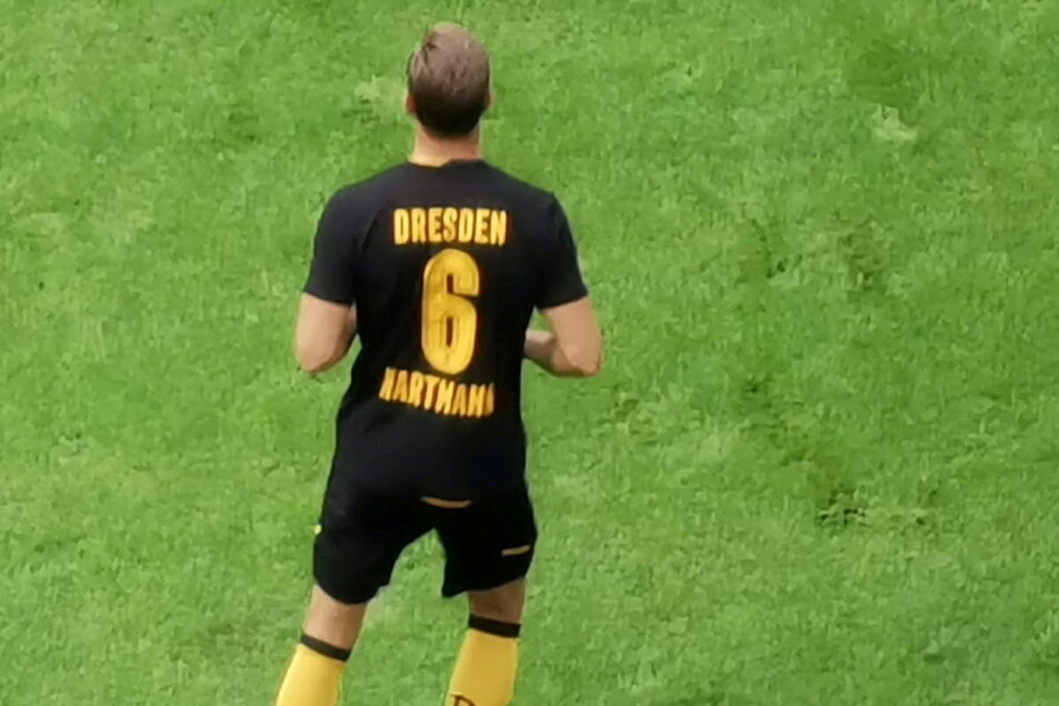 Die Spieler tragen beim Aufwärmen ein T-Shirt mit der Sechs und den Namen Hartmann. Der ehemalige Kapitän wird heute vor dem Spiel verabschiedet.