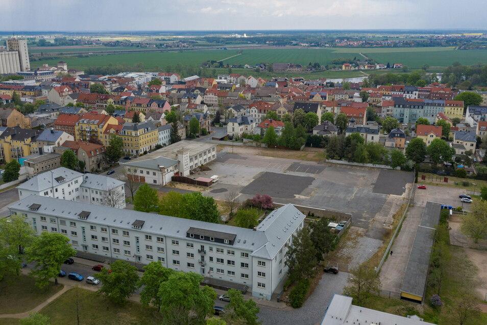 Auf dem ehemaligen Widmann-Gelände soll ein Edeka entstehen, gleichzeitig will die WGR die Trinitatisschule (rechts) sanieren. Ein Stadtrat hofft, dass dann durch beide Grundstücke ein neuer Weg gebaut wird.