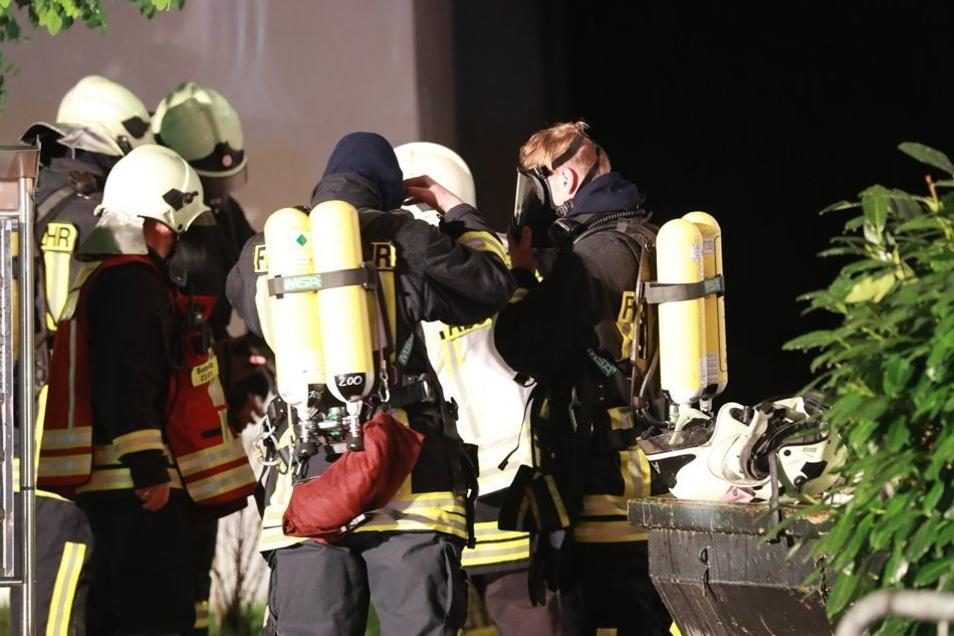 Die Wehren aus Sebnitz und Umgebung löschten das Brandhaus nicht nur von außen, sondern gingen auch mit Spezialausrüstung gegen das Feuer vor.