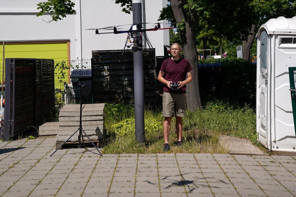Maercker steuert die Drohne über der Kindertageseinrichtung Kiwi.