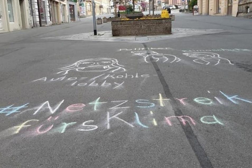 """Auf der Bautzner Straße in Zittau hat die Ortsgruppe von """"Fridays for Future"""" mit Kreide ihre Botschaft sichtbar gemacht: Den Aufruf zum Netzstreik fürs Klima."""