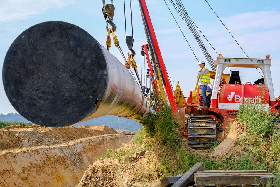 Zwischen dem Gewerbegebiet Meißen-Ost und Neusörnewitz kam am Dienstag eine riesige Gasleitung in die Erde.