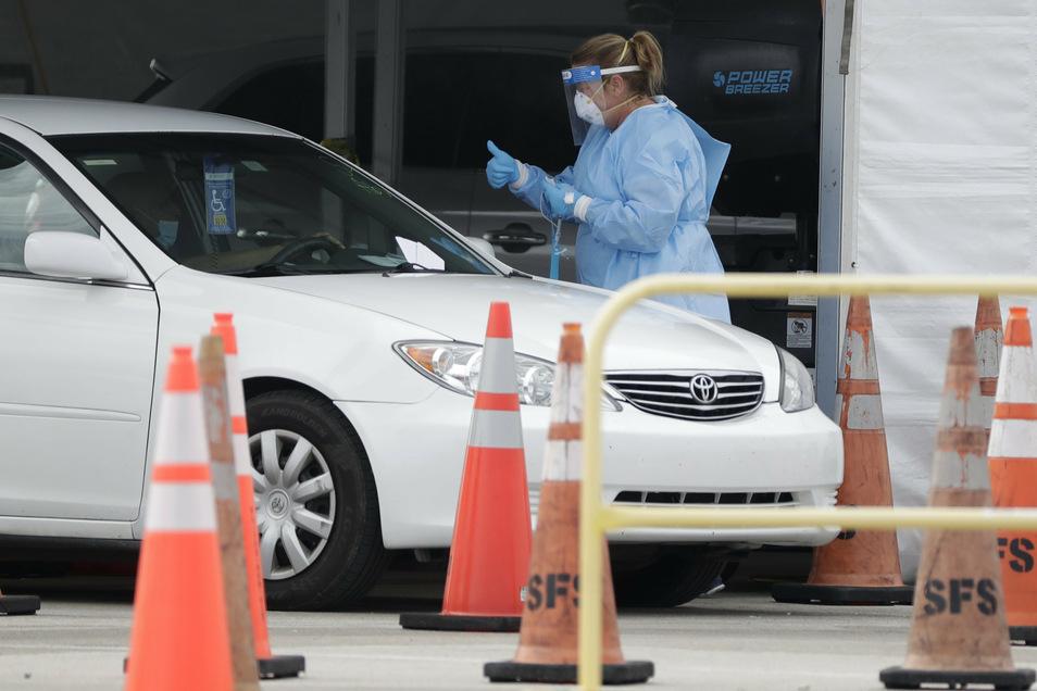 In provisorischen Stationen - hier in Miami/Florida - können sich die Ameriakner testen lassen.