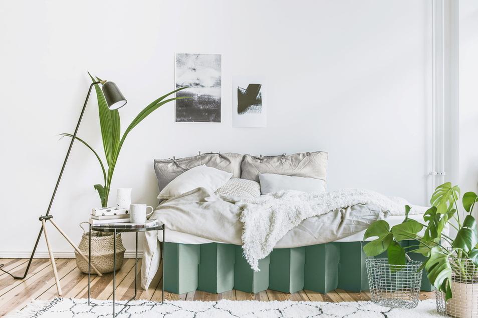Sogar ein Bett aus Wellpappe ist möglich, wie das Beispiel von Room In A Box zeigt.