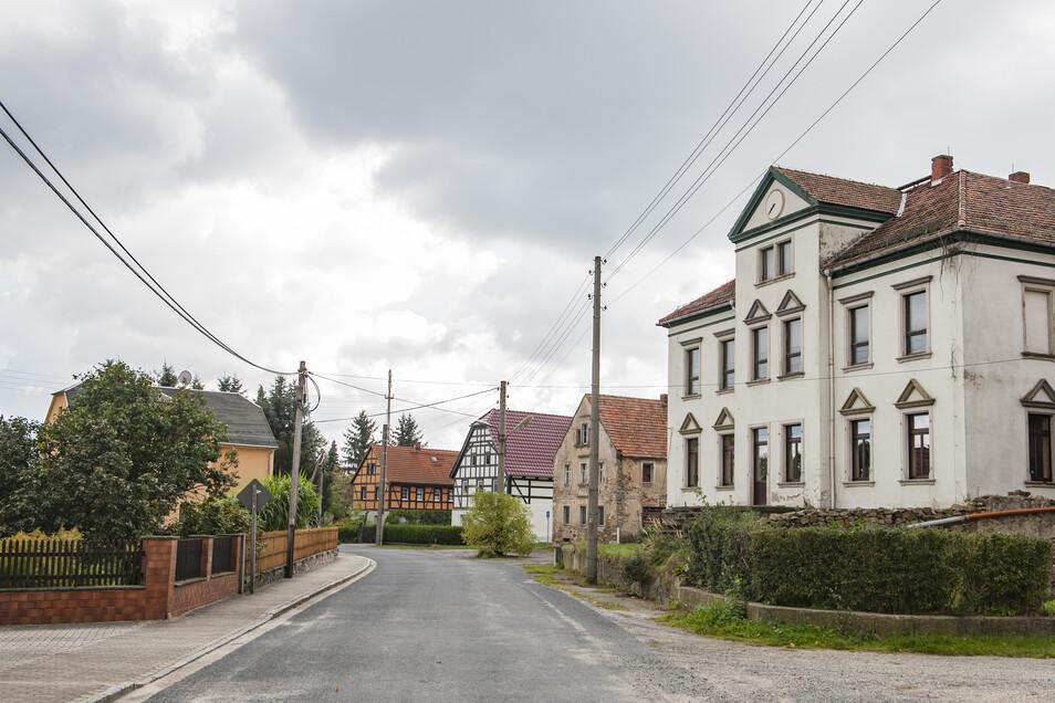 Auf der Schönfelder Straße in Freitelsdorf erneuert die Enso Netz für 34.100 Euro die Straßenbeleuchtung im Zuge des Abwasser- und Straßenbaus – auf der Mühlgasse und am Kurzen Weg macht das die Tieku Mühlbach für 12.400 Euro. Diese Gelder zieht die Kommune Ebersbach aus der Pauschale.