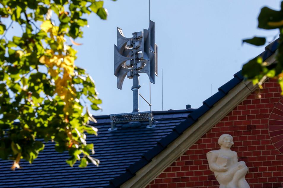 Eine moderne Sirene auf dem Dach des Gemeindeamtes Großschweidnitz.