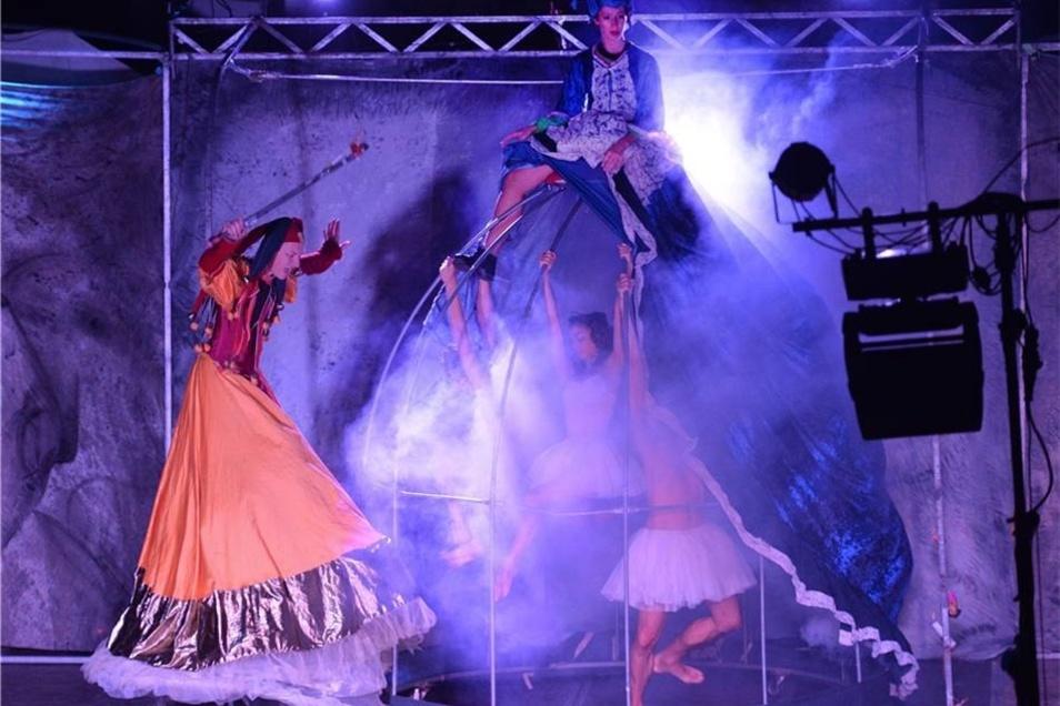 """Das Oplas Teatro aus Italien zeigt auf der Elbwiese in bizarren Stelzenfiguren das Stück """"Es war einmal ein Schwanensee""""."""