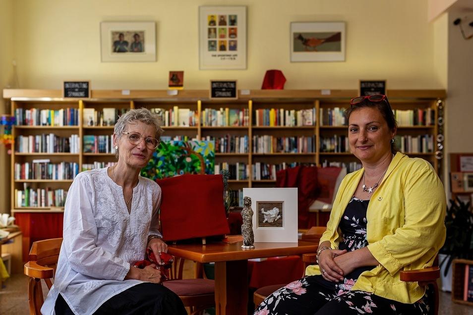 Buchhändlerin Annaluise Erler und die künftige Lions-Präsidentin Sandra Bochmann mit einigen der zur Versteigerung stehenden Kunstwerke.