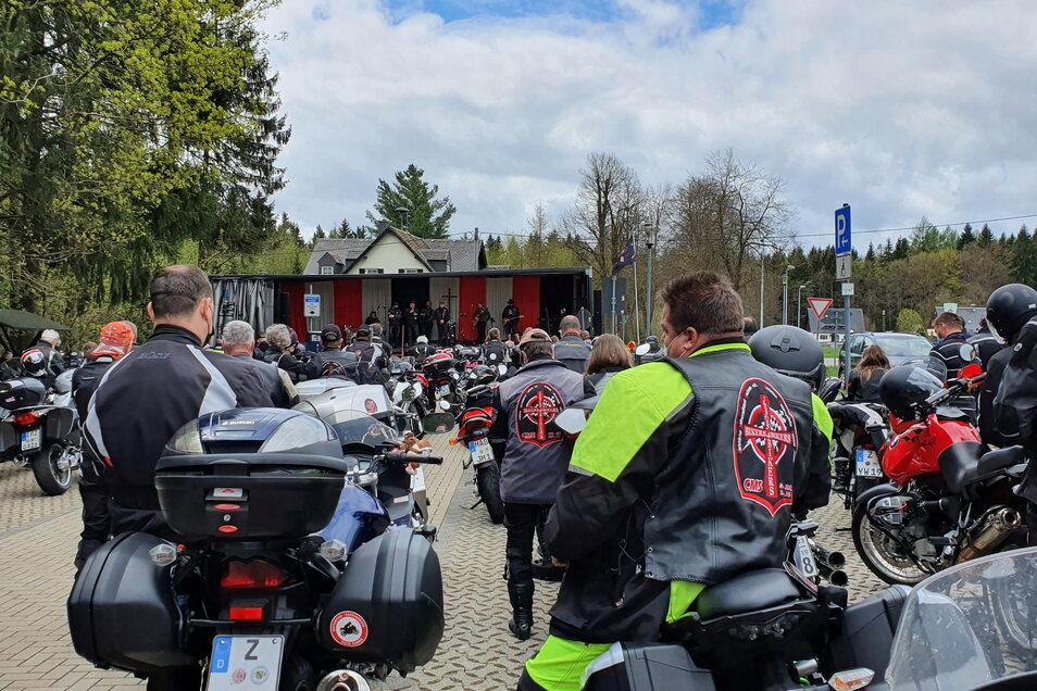 Einen Motorradgottesdienst, organisiert von der Gemeinschaft Christlicher Motorradfahrer Sachsen e. V. (Foto nahe Marienberg im Erzgebirge) wird es in gut zwei Wochen am Sonntag auch in Radeburg geben.