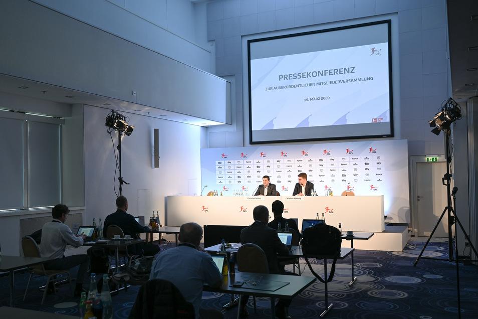 Die Kulisse wirkt gespenstisch. Bei der Pressekonferenz erklärt Christian Seifert (Podium links) den Stand der Dinge. Lösungen kann er nicht präsentieren.
