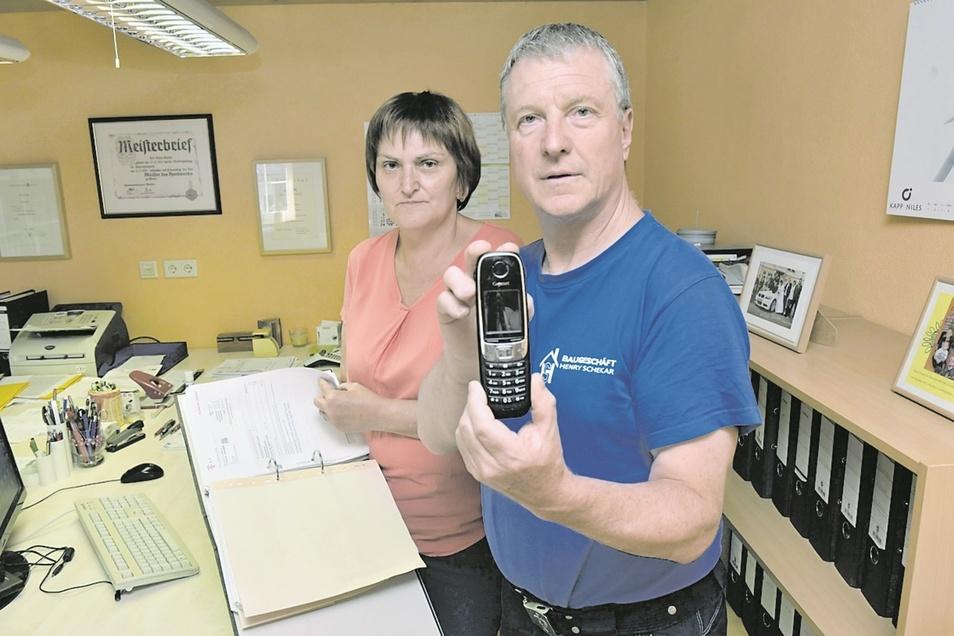Heidi und Henry Schekar haben zwar den Telefonanschluss ihrer Firma noch nicht wieder, aber wenigstens ein paar klare Ansagen.