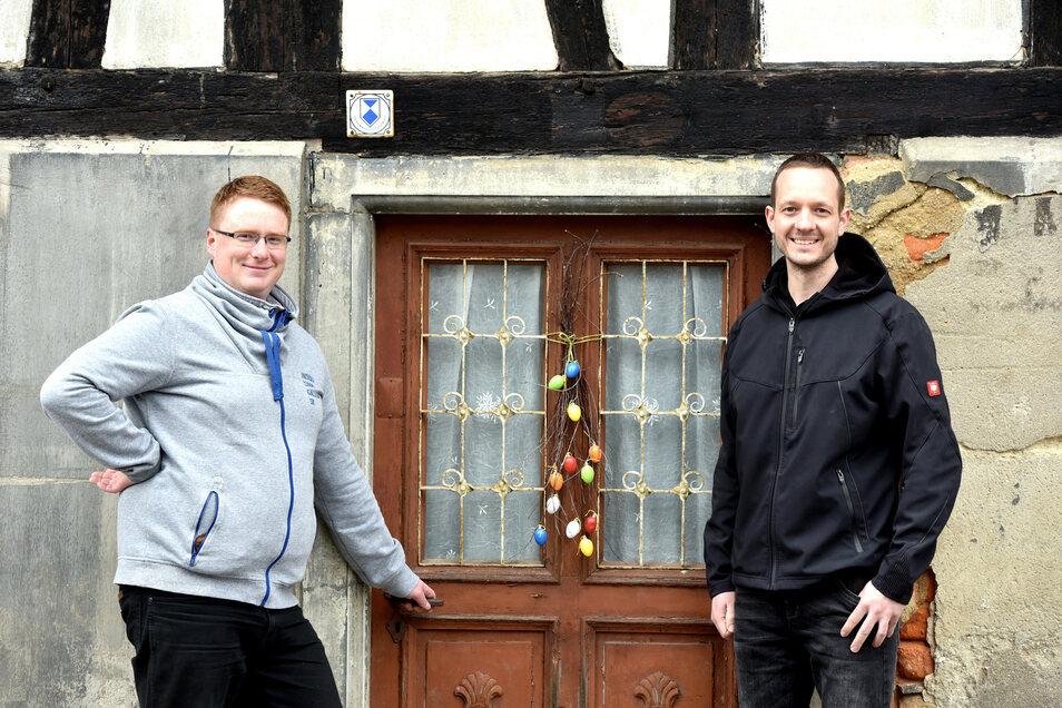 Vereinsvorsitzender Henry Stuff (links) und Vereinsmitglied Bert Salomo vor der wieder frei gelegten Eingangstür der alten Lotte.