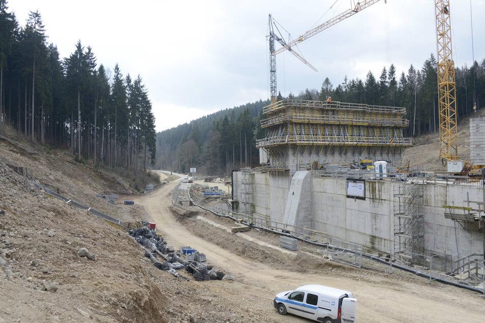 Beim eigentlichen Dammbau haben die Bauleute zuerst das Innere mit den Durchlässen für Straße und Bach errichtet. Schon das waren imposante Bauwerke.