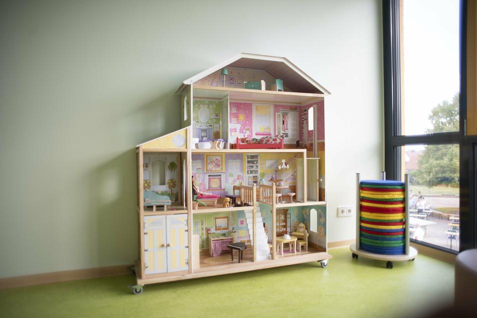In den neuen Räumen gibt es viele Spiel- und Beschäftigungsmöglichkeiten, unter anderem ein großes Puppenhaus.
