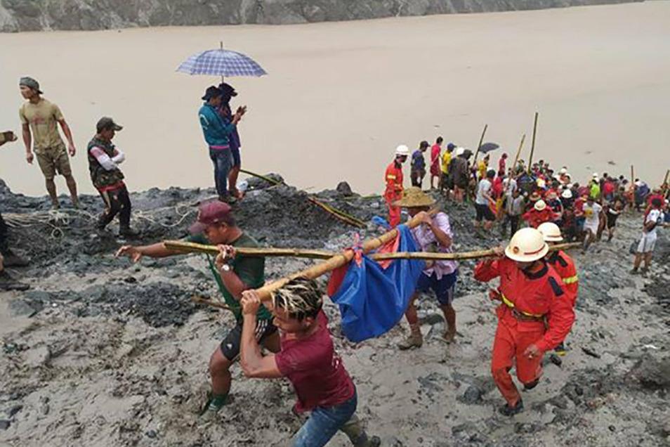 Örtliche Rettungskräfte sind nach einem Erdrutsch in einem Jade-Bergwerk im Norden Myanmars im Einsatz.